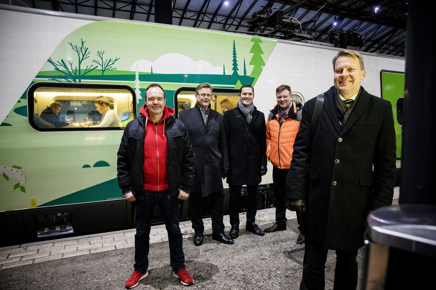 Yksityisen rahoituksen mahdollisuutta ratahankkeisiin pohtivat Harri Jaskari (oikealla), Peter Vesterbacka (vasemmalla), Ari Koponen (toinen vasemmalta), Sinuhe Wallinheimo (keskellä) ja Ville Skinnari (toinen oikealta) Helsingin rautatieasemalla.
