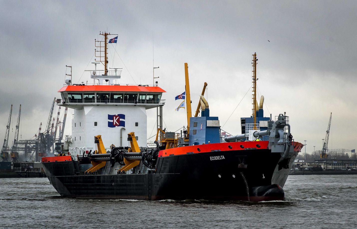 Laiva on saapumassa Rotterdamin satamaan.
