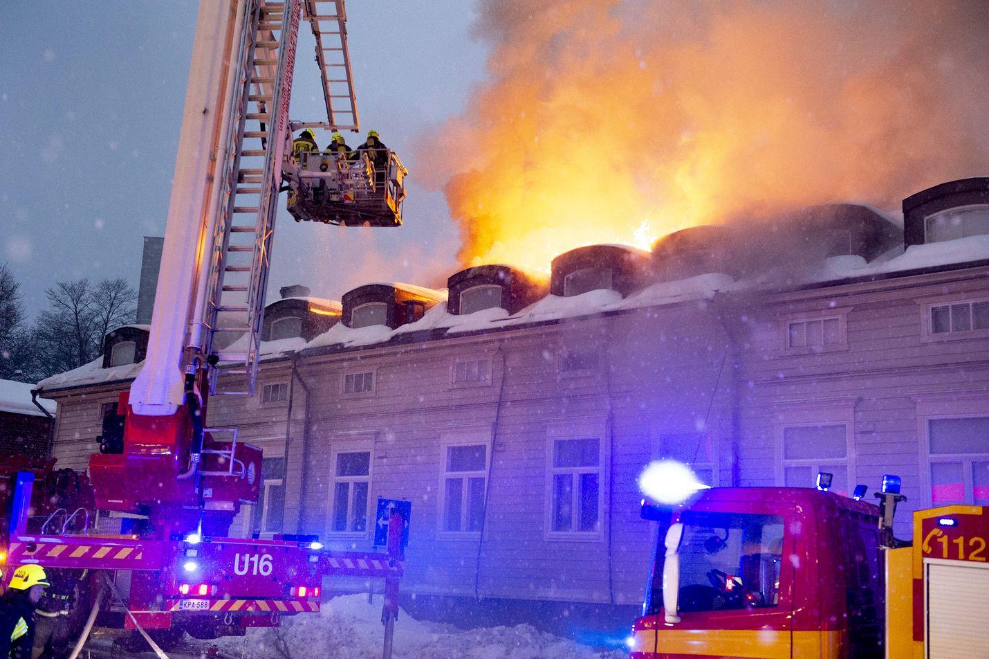 Varsinais-Suomen pelastuslaitoksen päivystävä päällikkö Kari Alanko kertoi, että palo osoittautui päivän mittaan erittäin vaikeasti sammutettavaksi. Kuva on otettu kello 18 ja 19 välillä.