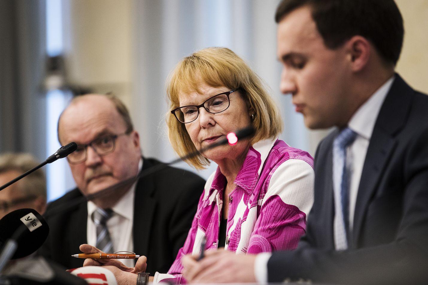 Taas on paljon pelissä, kun perustuslakivaliokunta antaa sote-lausuntonsa. Kuva viime kesäkuulta, jolloin lautakunta antoi edellisen arvionsa. Keskellä istuu lautakunnan puheenjohtaja, Vasemmistoliiton Annika Lapintie. Oikealla on kokoomuksen Wille Rydman ja vasemmalla keskustan Tapani Tölli.