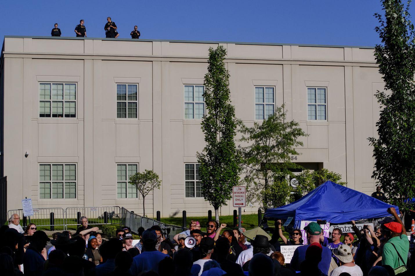 Rajaviranomaisten tekemät lisääntyneet kiinniotot herättivät protestiaallon viime kesänä Yhdysvalloissa. Ihmiset osoittivat mieltä rajanviranomaisten toimitilan edessä Louisvillessa Kentuckyssa viime heinäkuussa.