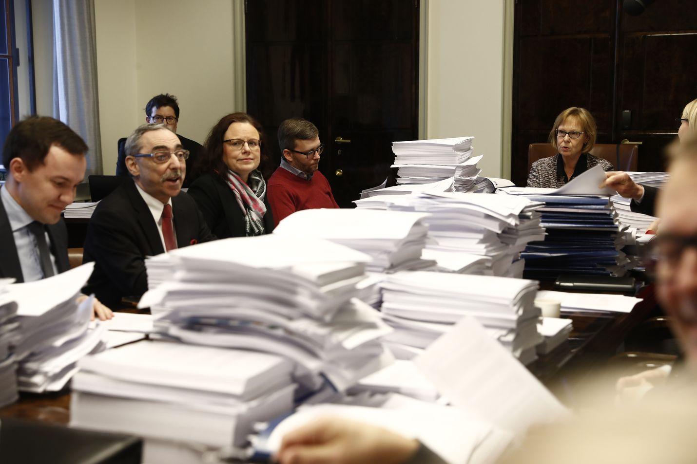 Valtavat paperipinot peittivät perustuslakivaliokunnan kokouspöytää maanantaina, kun valiokunta alkoi käsitellä sote-uudistusta koskevaa lausuntoaan.