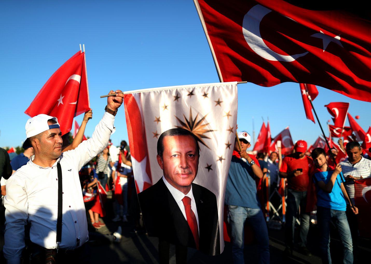 Istanbulissa järjestettiin suuri yleisötilaisuus vallankaappausyrityksen toisena vuosipäivänä heinäkuussa 2018. Monet kantoivat Turkin lippuja tai presidentti Recep Tayyip Erdoganin kuvia.