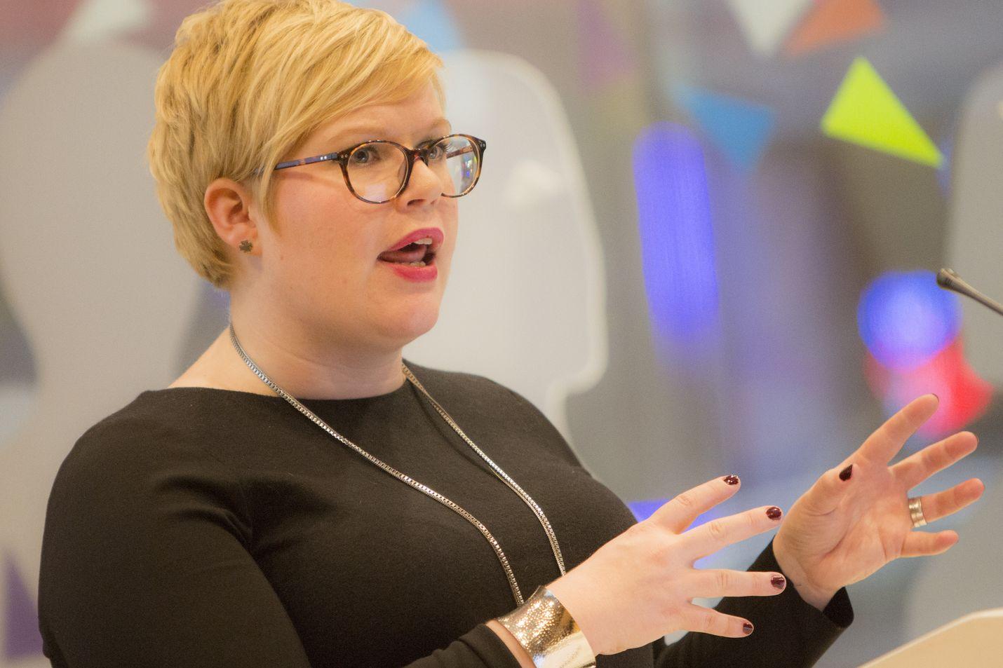 """Ministeri Annika Saarikon (kesk.) mukaan """"ikäihmisten kohtelu ei kaikkialla täytä toimintamme arvolähtökohtia ja luottamusta palveluihin on rapautettu"""". Arkistokuva."""