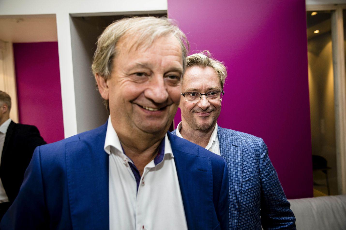 Liikemies Hjallis Harkimo valittiin eduskuntaan kokoomuksen riveistä. Viime vuonna hän perusti oman Liike Nyt -eduskuntaryhmän. Taustalla liikkeen aktiivi Mikael Jungner.
