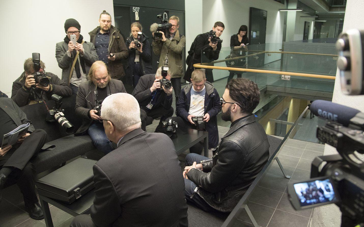 Media seurasi tarkasti Axl Smithin salakatselusyytteitä koskevaa oikeudenkäyntiä alkuvuonna 2017 Helsingissä. Juttu puitiin suljetuin ovin.