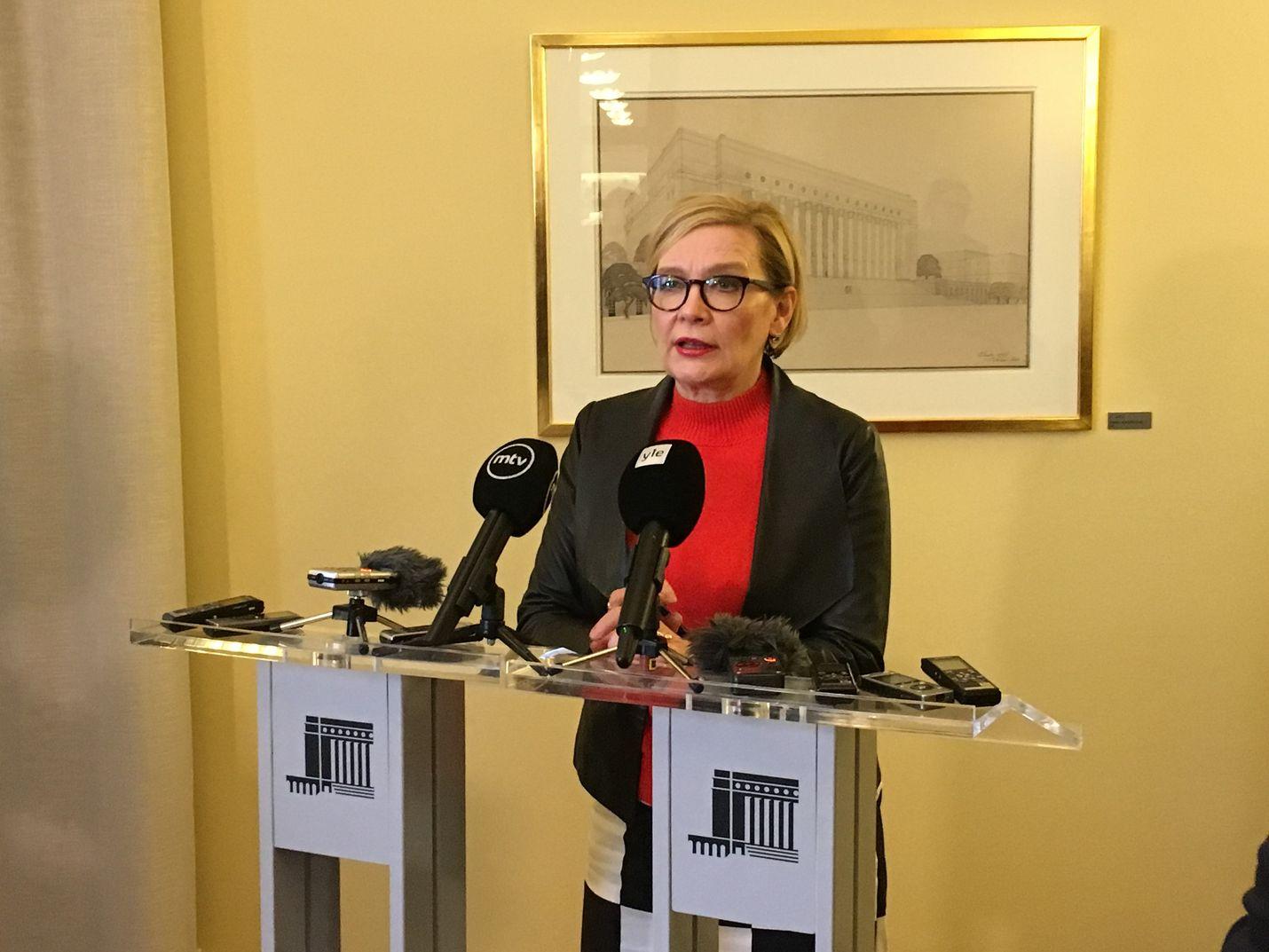 Eduskunnan puhemies Paula Risikko sanoi, että pitää olla jokin muu tapa kuin twitter, jossa perustuslakiasiantuntijat voisivat kertoa huolistaan suoraan eduskunnalle.
