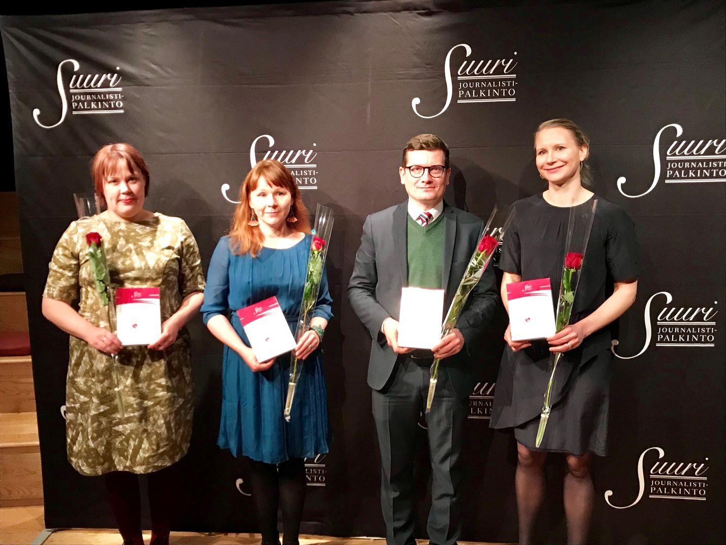 Vuoden journalistinen teko -palkintoehdokkuuksien takaa löytyviä journalisteja Pauliina Grönholmia, Anne Leppäjärveä, Kaius Niemeä ja Veera Siivosta hymyilytti torstaina.