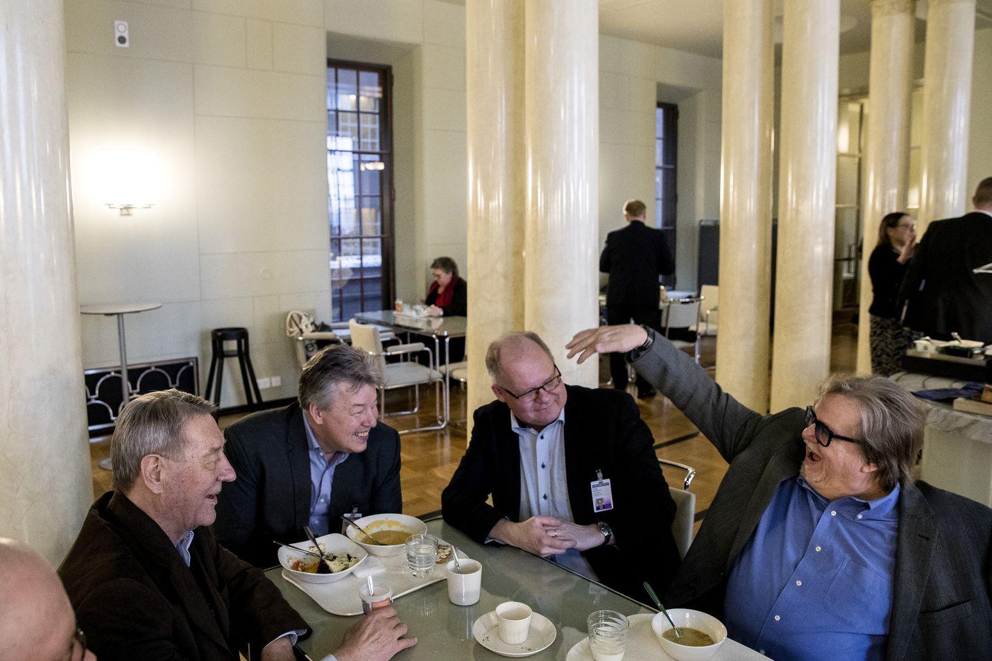 Eduskunnan kuppilassa kansanedustajat ja toimittajat viihtyvät samoissa pöydissä. Kauko Juhantalo, Jussi Kärki ja Timo Haapala kuuntelevat Alatalon tarinointia.