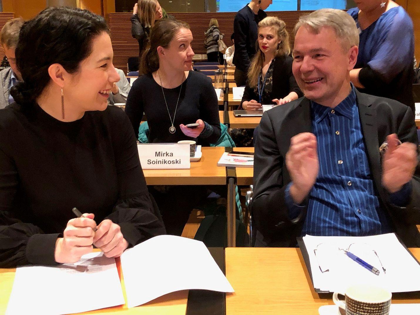 Vihreiden puheenjohtaja Pekka Haavisto sanoi, että seuraavan hallituksen pitää olla tasa-arvon ja kestävän kehityksen hallitus. Haaviston vieressä kansanedustaja Emma Kari.