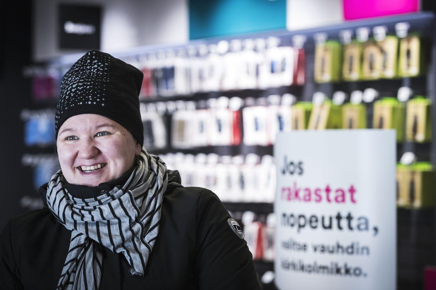 Riikka Maksimainen vieraili DNA-kaupassa takuuasioissa. Hän pitää matkapuhelinliittymässä tärkeimpänä asiana sitä, että liittymä toimii.