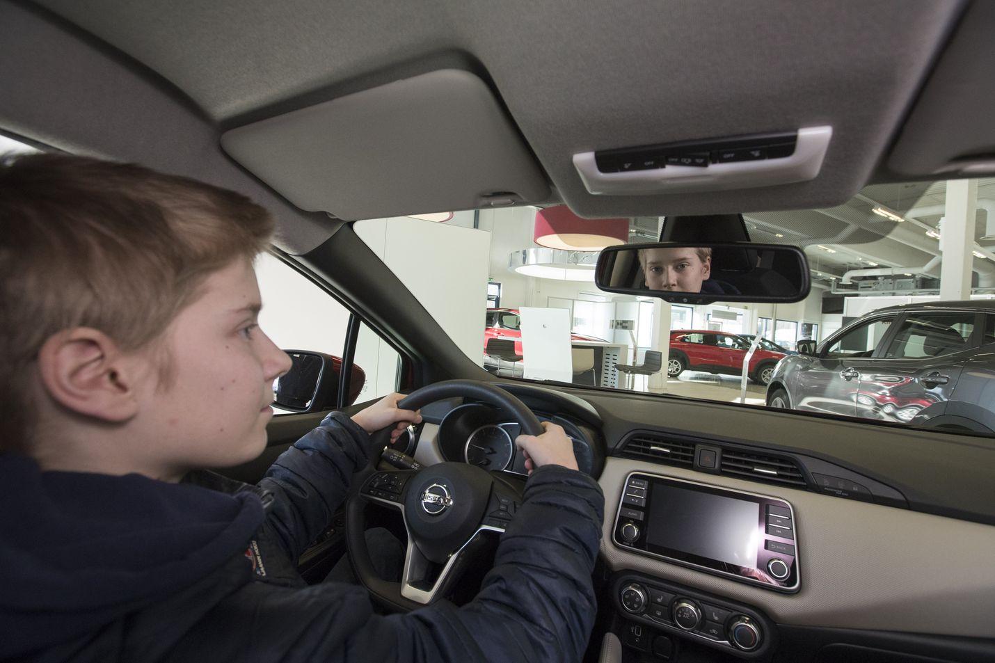 15 vuotta huhtikuussa täyttävä Arttu Sirviö istahti kevytautoksi sopivan Nissan Micran rattiin autoliikkeessä Kajaanissa. Kevytauton saa pienestä henkilöautosta rajoittamalla nopeutta 60 kilometriin tunnissa.