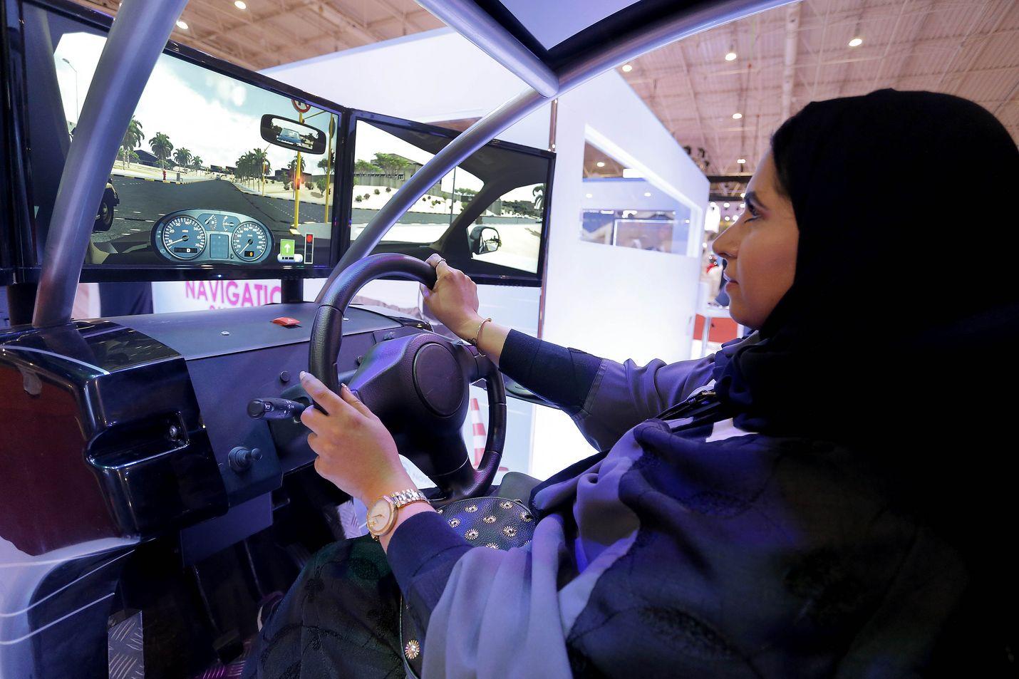 Viime toukokuussa naisten ajokiellon kumoamiseen valmistauduttiin Saudi-Arabiassa muun muassa ajosimulaattoreilla. Samassa kuussa viranomaiset ottivat kiinni aktivisteja, jotka olivat kampanjoineet ajokiellon kumoamisen ja mieshuoltajuuden lakkauttamisen puolesta.