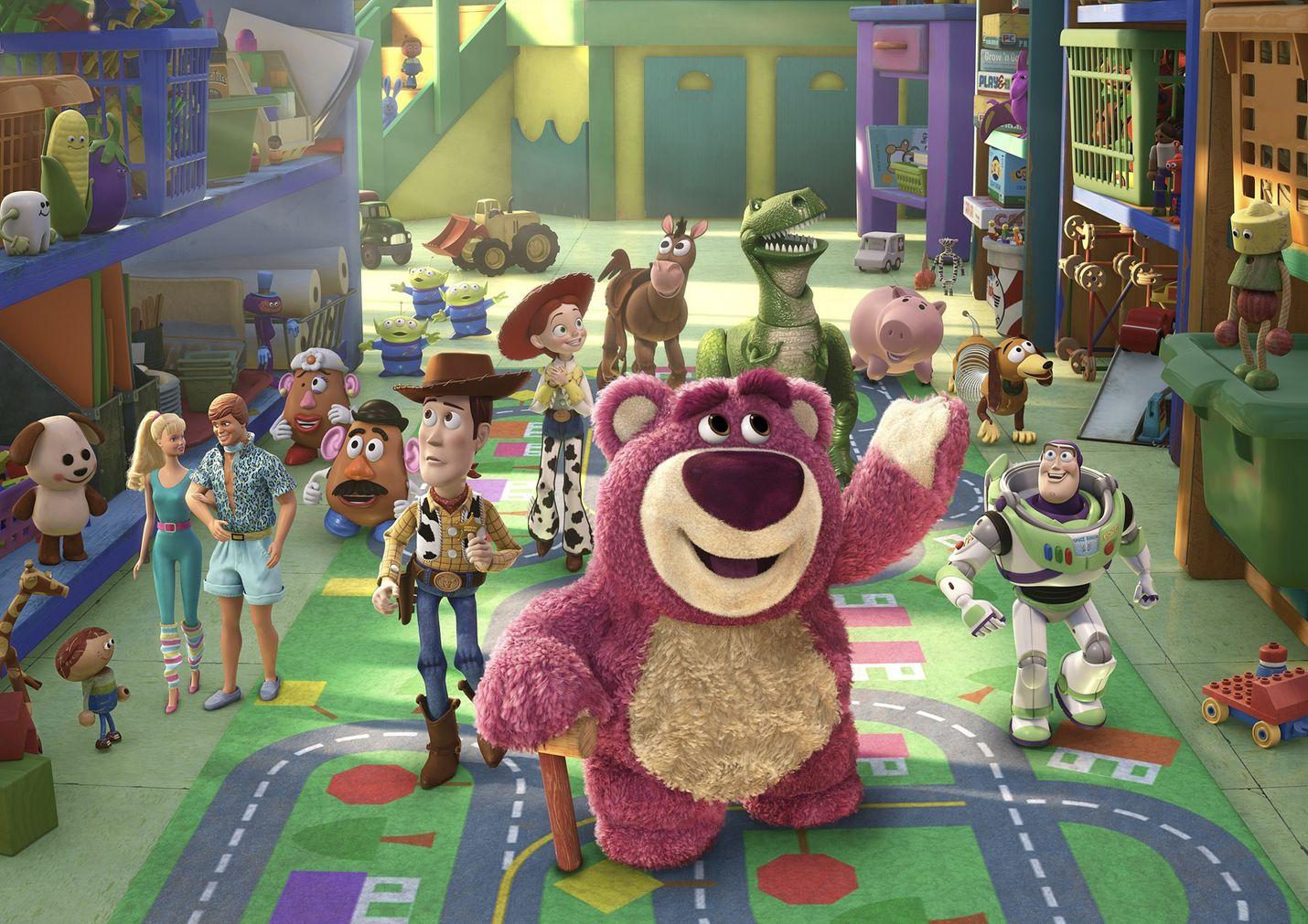Vuoden parhaan animaatioelokuvan Oscarilla palkittu vauhdikas seikkailu saa alkunsa, kun aiemmista Toy Story -elokuvista tutut sankarit Woody ja Buzz Lightyear päätyvät ystävineen vahingossa päiväkotiin.