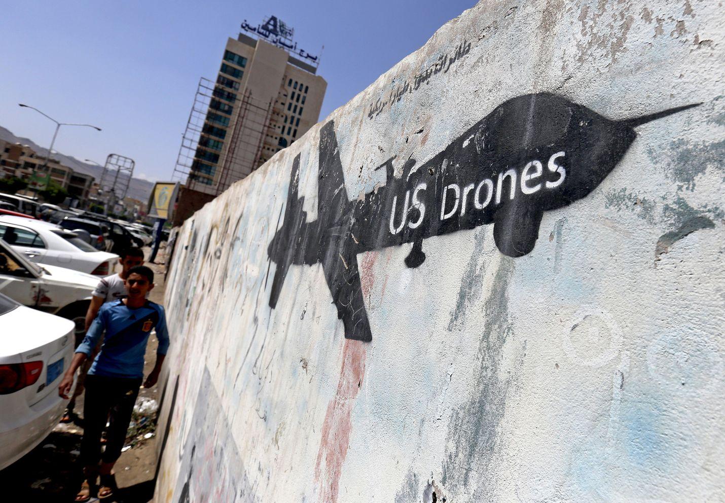 Yhdysvallat käytti sotilasoperaatioissaan Isisiä vastaan miehittämättömiä lennokkeja, jollainen on maalattu jemeniläiseen muuriin. Tällaiset aseet voivat toimia tekoälyn varassa.