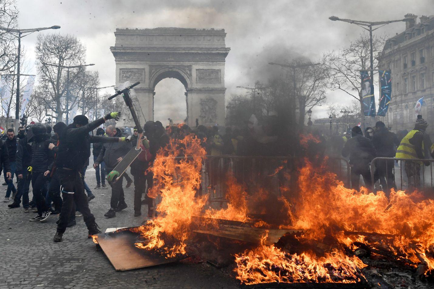 """Kaikilla """"keltaliiveillä"""" ei ole enää keltaisia liivejä. Osa mellakoitsijoista haluaa pukeutua mustiin ja pysyä tuntemattomina. Kuva on otettu Pariisin keskustassa lauantaina."""