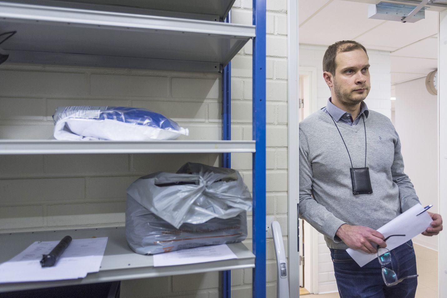 Tässä Lounais-Suomen poliisilaitoksen takavarikkovarastossa säilytetään omaisuutta, joka voi liittyä näpistyksistä murhiin. Rikoskomisario Jussi Helesvirran mukaan varastoa käyttävät ryhmät tutkivat vuosittain noin 7500 rikosjuttua.
