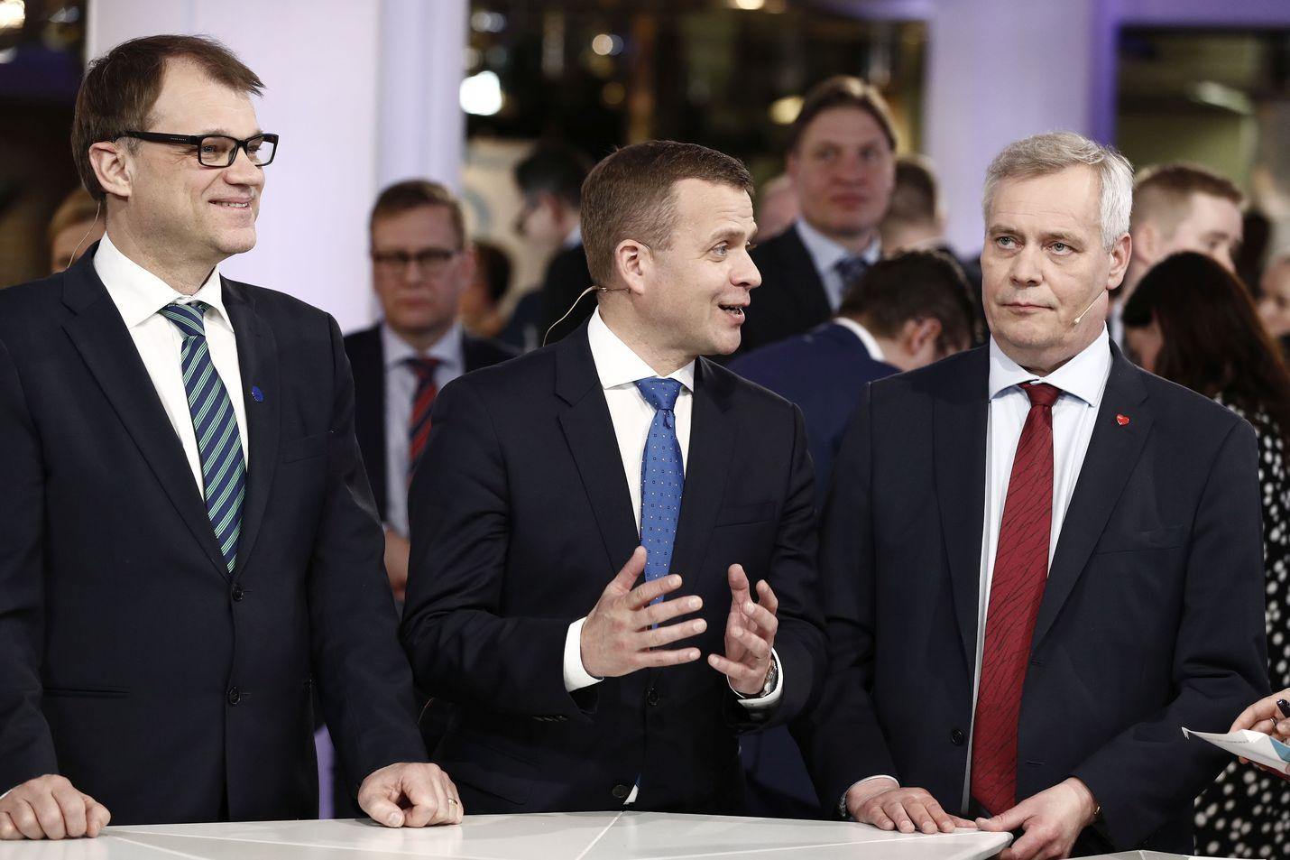 Kuka hymyilee eduskuntavaalien jälkeen ja kuka ei? Arkistokuvassa Juha Sipilä, Petteri Orpo ja Antti Rinne puivat kuntavaalien vaalitulosta vaalivalvojaisissa.