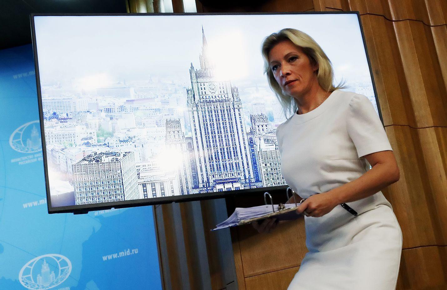 Maria Zaharova saapui Venäjän ulkoministeriön tiedotustilaisuuteen elokuussa 2018. Mediaraportit kertoivat tuolloin, että hän oli kirjoittanut sanoituksia poplauluihin, joita esitti venäläinen laulaja Katya Lel.
