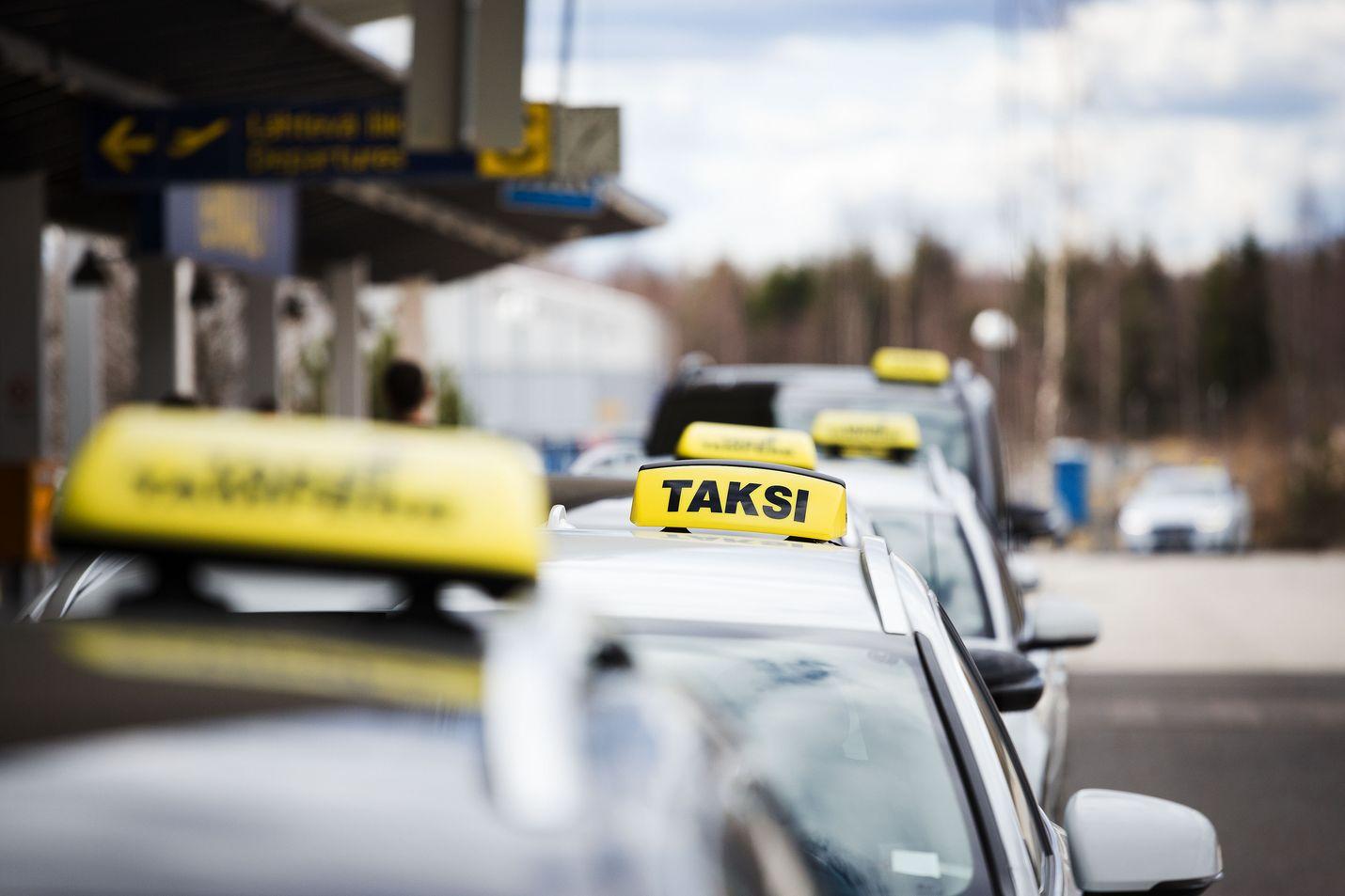Taksiuudistuksessa luovuttiin enimmäishintojen ja taksilupien määrän sääntelystä. Kuvituskuva.