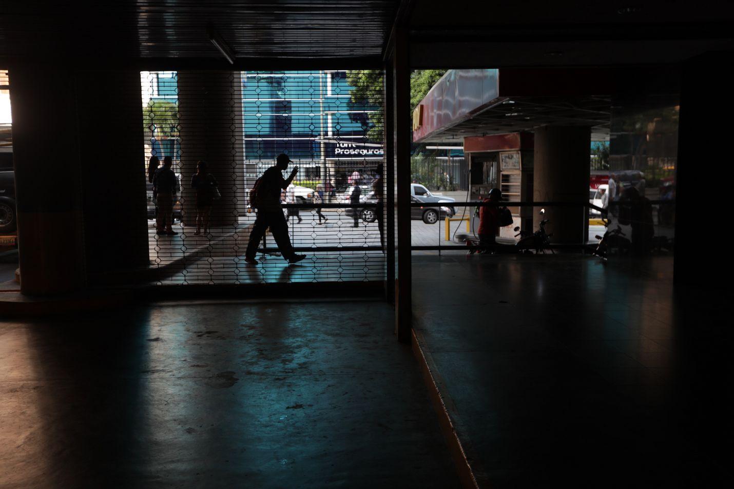 Ryhmä ihmisiä jäi pimeyteen Venezuelan parlamenttirakennuksessa, kun sähkökatko pysäytti taas toimintoja pääkaupungissa Caracasissa.