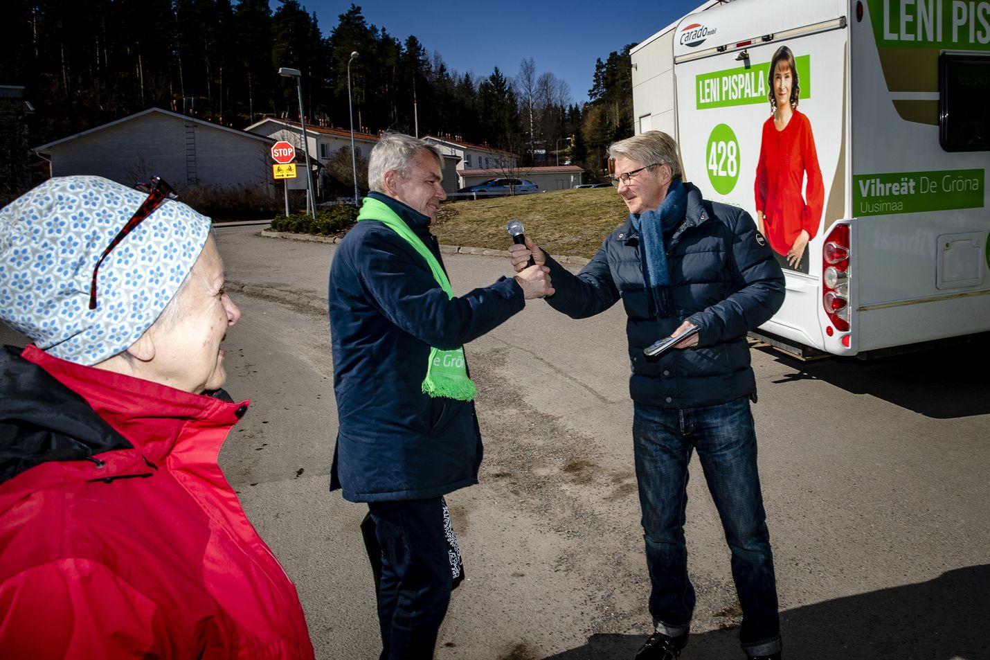 Vihreiden puheenjohtaja Pekka Haavisto ja kansanedustajaehdokas Pirkka-Pekka Petelius osallistuivat perjantaina puolueensa vaalitilaisuuteen Nurmijärvellä.