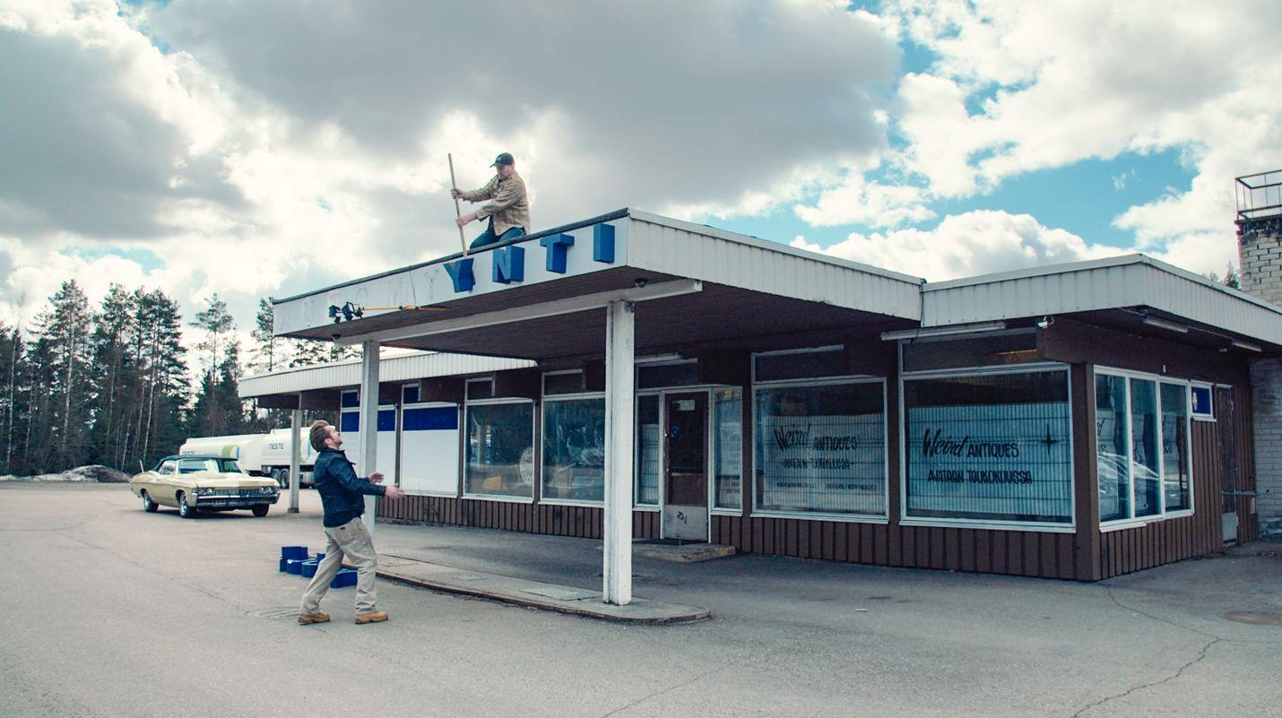 Mike ja Tomppa muuttavat vanhaa, kummallista tavaraa pursuavan liikkeensä Helsingin Jätkäsaaresta Tuusulan Hyrylään.