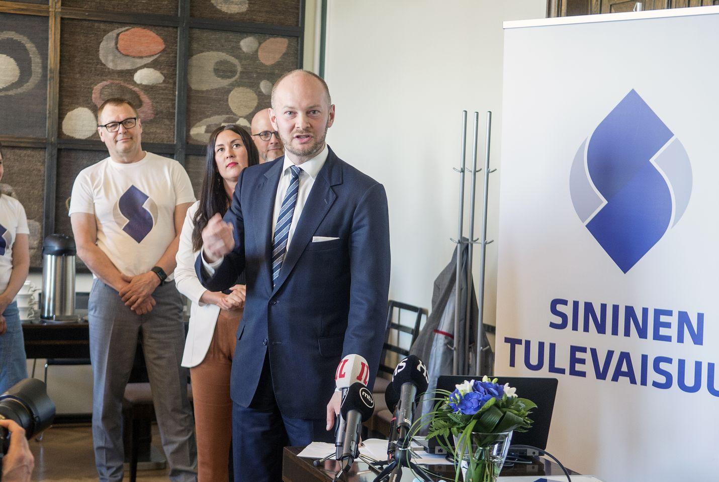 Usko tulevaisuuteen oli kova vielä toukokuussa 2018, kun sinisten puheenjohtaja Sampo Terho esitteli puolueelle luotua visuaalista ilmettä.