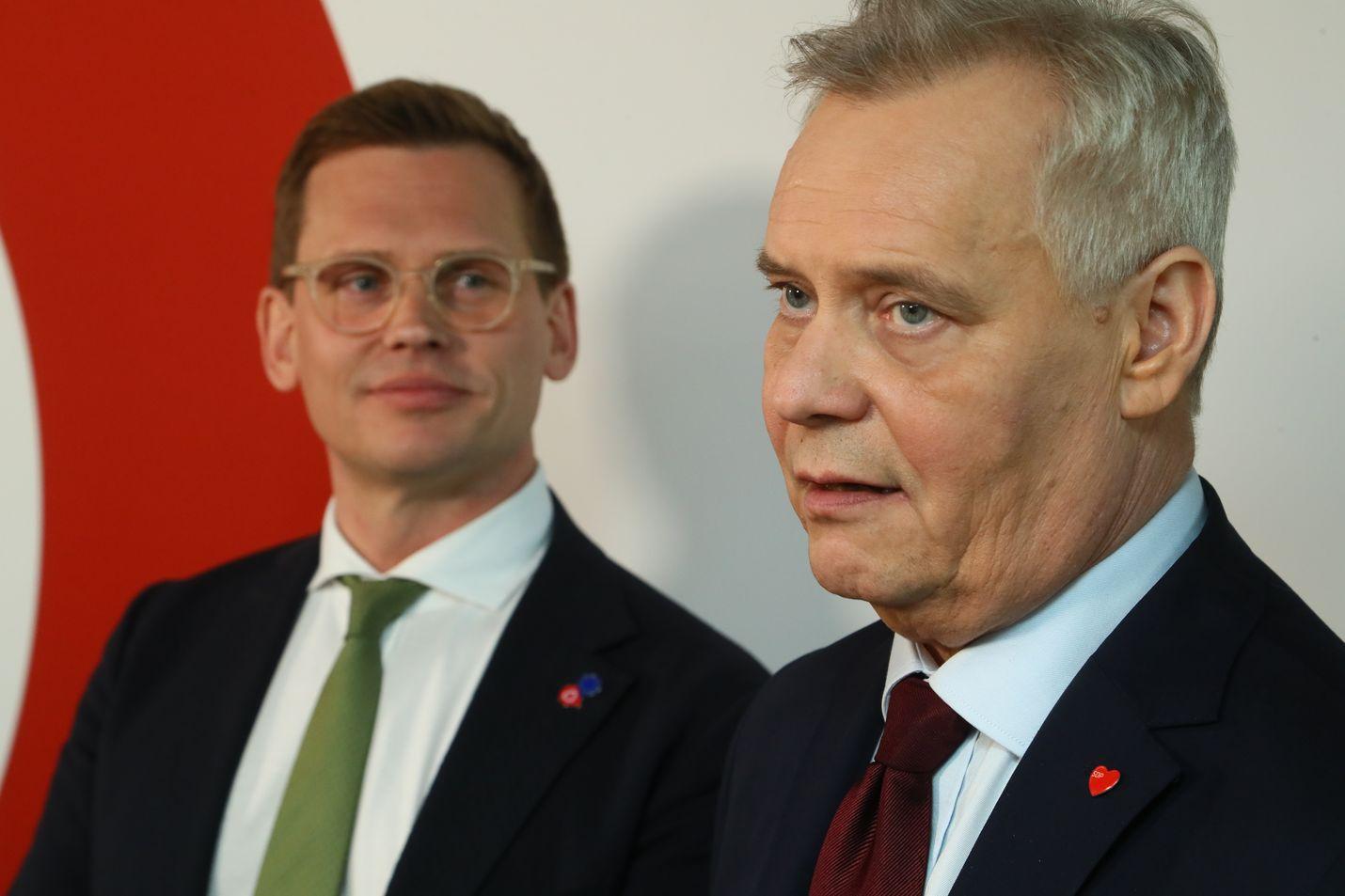 Hallitus koossa toukokuun loppuun mennessä? Sdp:n puoluesihteeri Antton Rönnholm ja puheenjohtaja Antti Rinne asettivat vaalien jälkeisiä tavoitteita kahvitilaisuudessa.