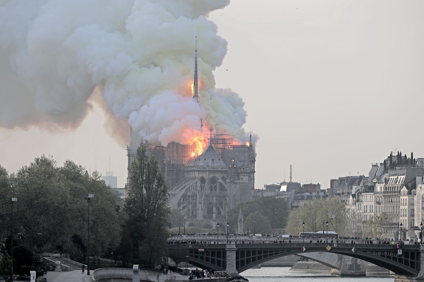 Ilmiliekeissä oleva Notre Dame sijaitsee Seine-joen saarella Pariisin keskustassa.