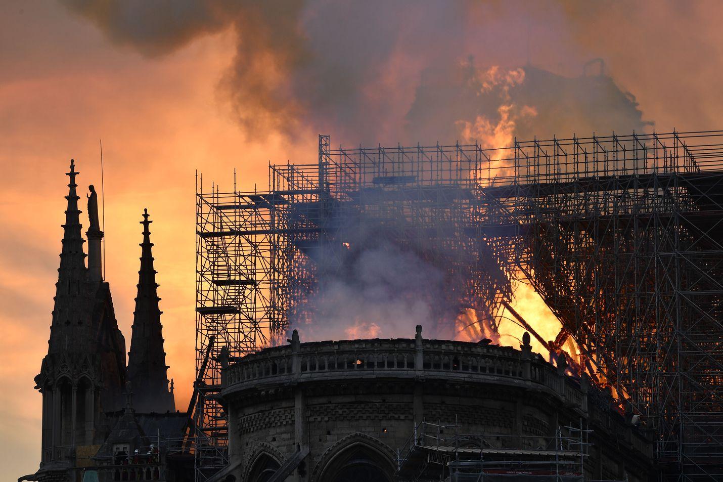 Notre Damen katto tuhoutui pahoin palossa.