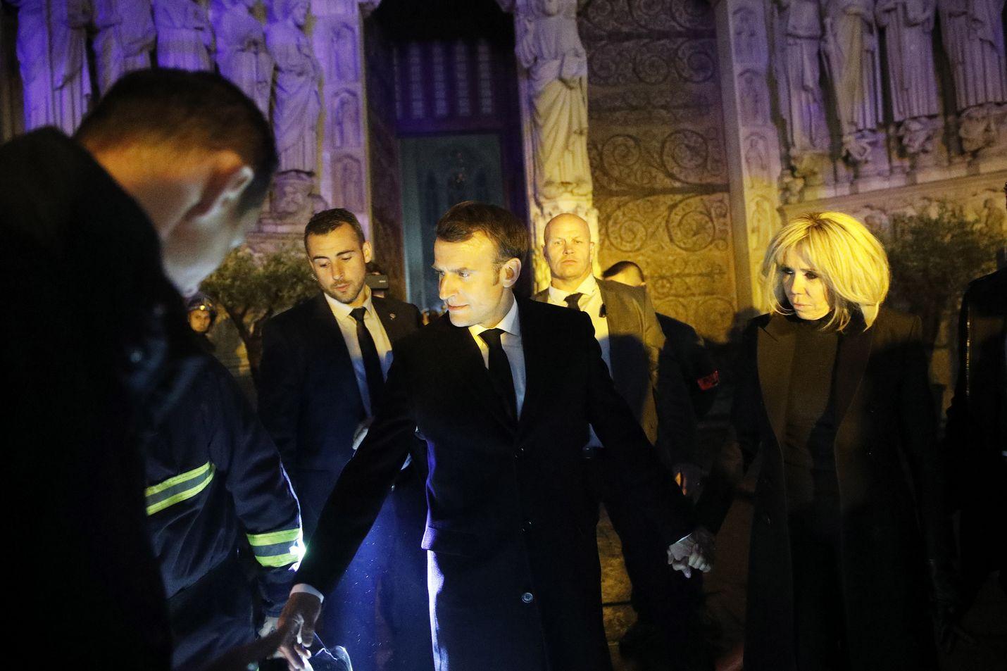 Ranskan presidentti Emmanuel Macron vieraili Brigitte-puolisonsa kanssa palopaikalla yöllä ja tapasi liekkejä vastaan kamppailleita palomiehiä.