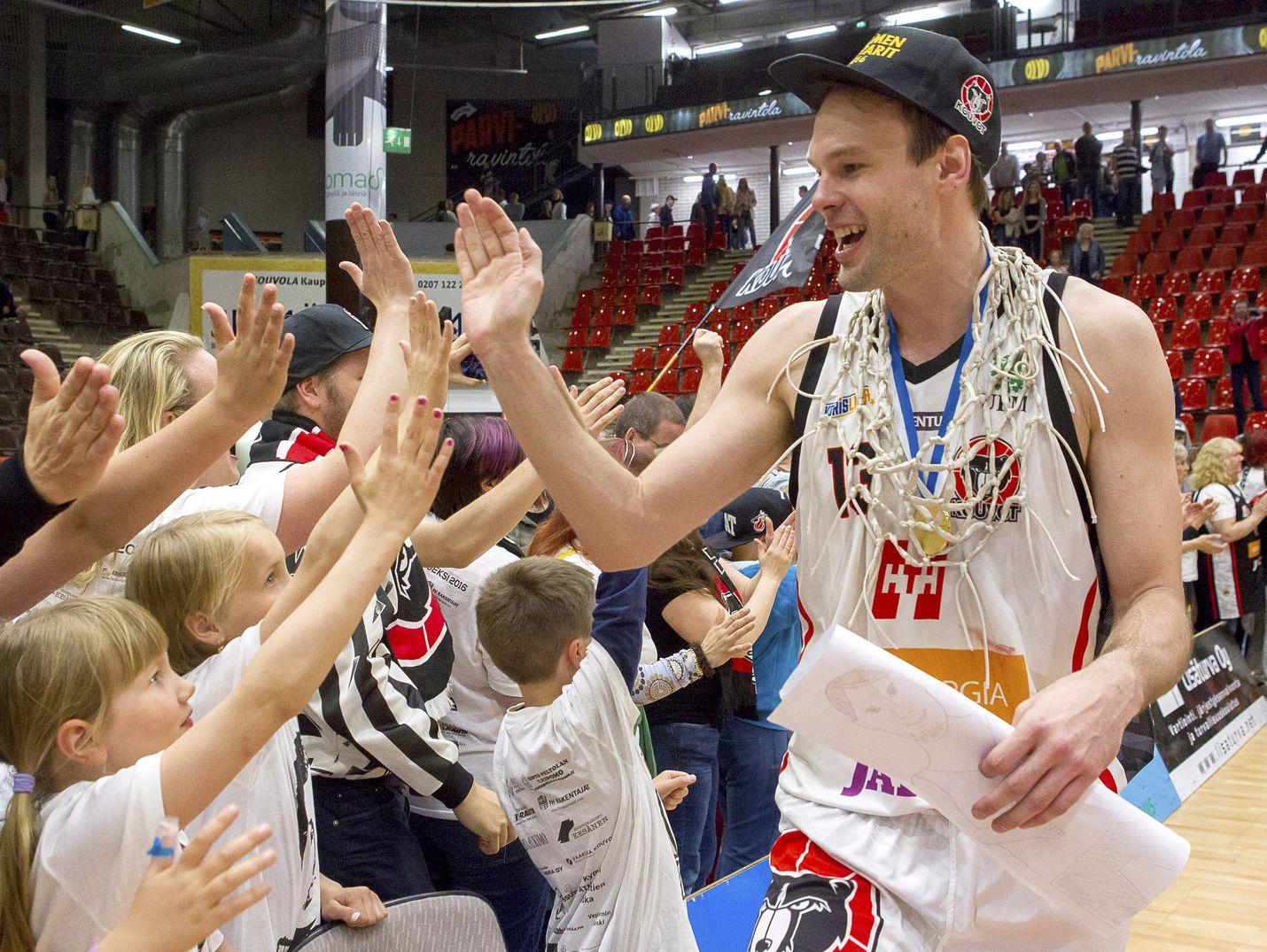 Ville Kaunisto juhli vuonna 2016 koripallon Suomen mestaruutta Kouvolan Kouvojen kapteenina.