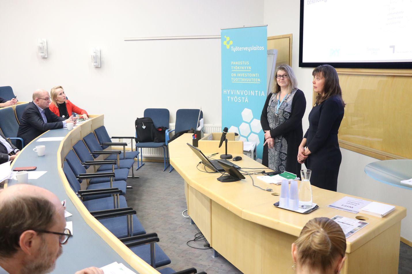 Tutkijat Kirsi Timonen ja Raija Heimonen (edessä oikealla) kertoivat keskiviikkona, etteivät kaikki yritykset ole vielä valmiita paikalliseen sopimiseen. Kuulemassa olivat takana vasemalla muun muassa Minna Helle ja Riku Aalto.