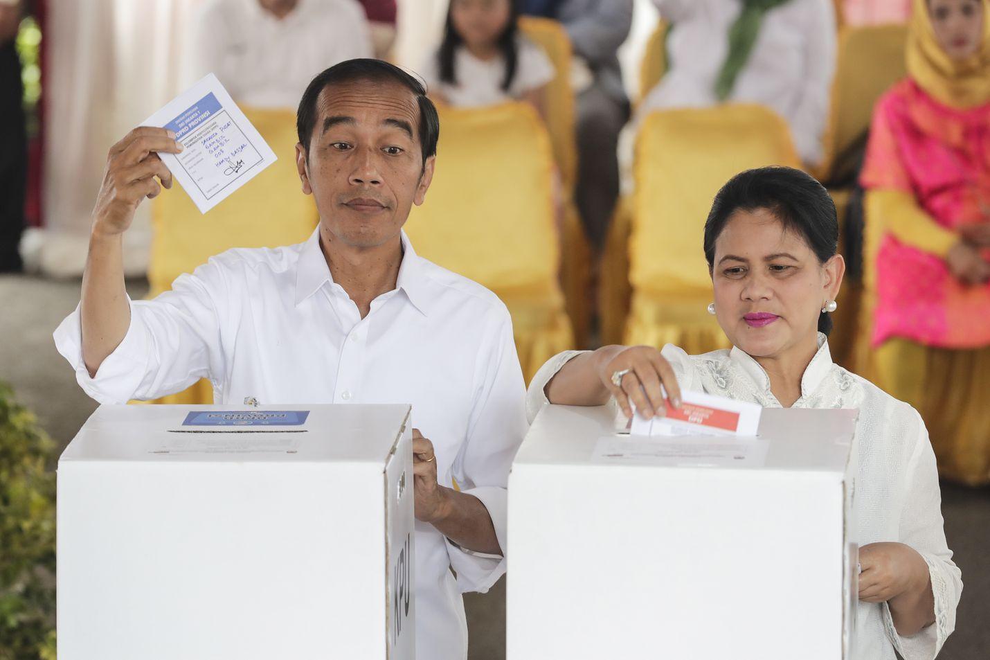 Indonesian presidentti Joko Widodo (vas.) ja hänen vaimonsa Iriana Joko Widodo antoivat äänensä vaaleissa.