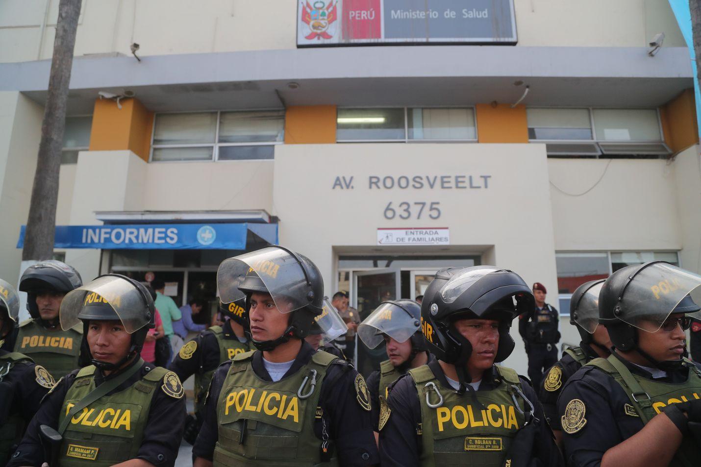 Rynnäkkövarusteisiin pukeutunut poliisi vartioi Casimiro Ulloa -sairaalaa Perun pääkaupungissa Limassa, johon maan ex-presidentti vietiin hoidettavaksi.