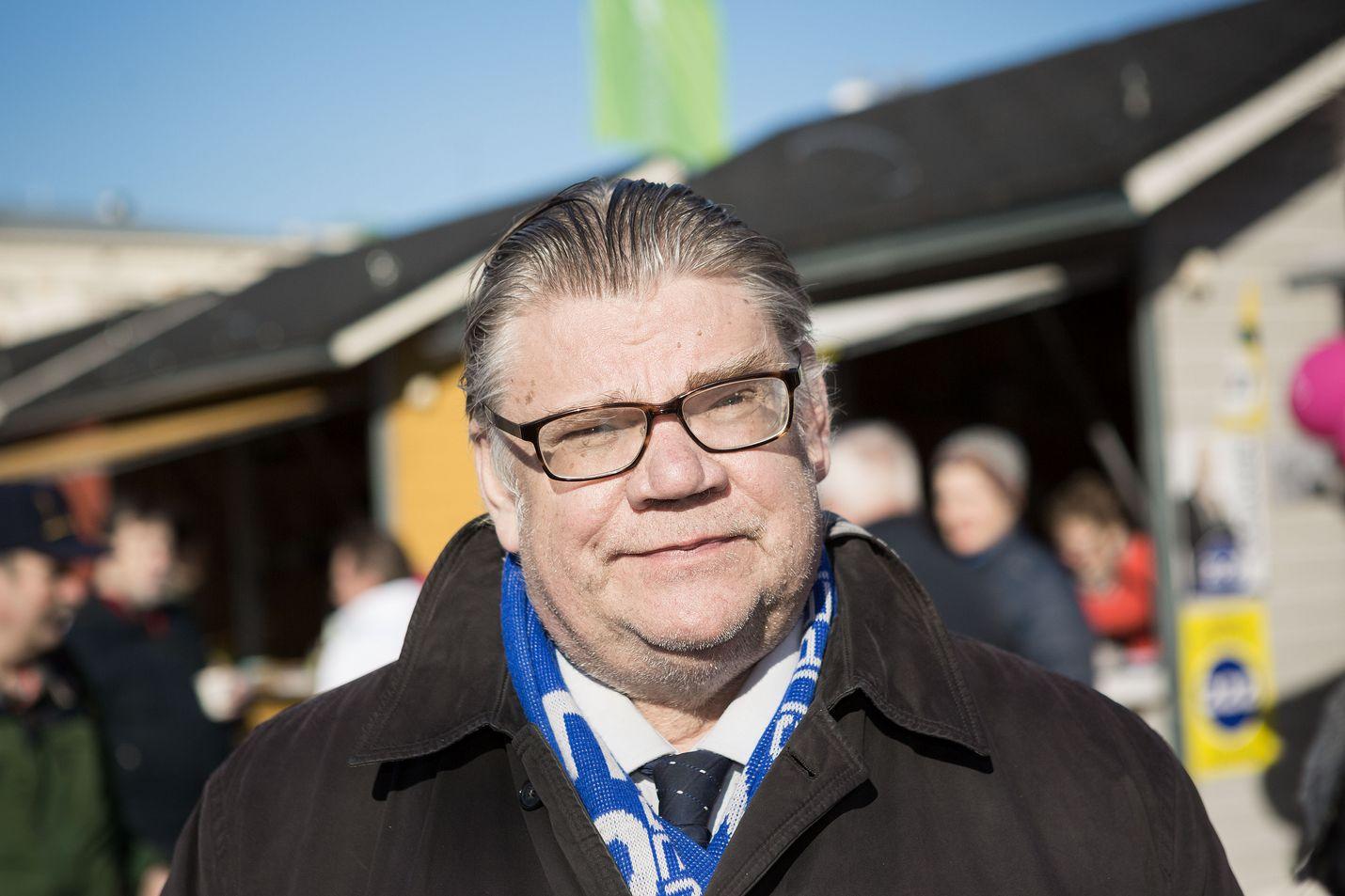 Ulkoministeri Timo Soini (sin.). Pian vapaa mies. Politiikan ruljanssi jää kokonaan.