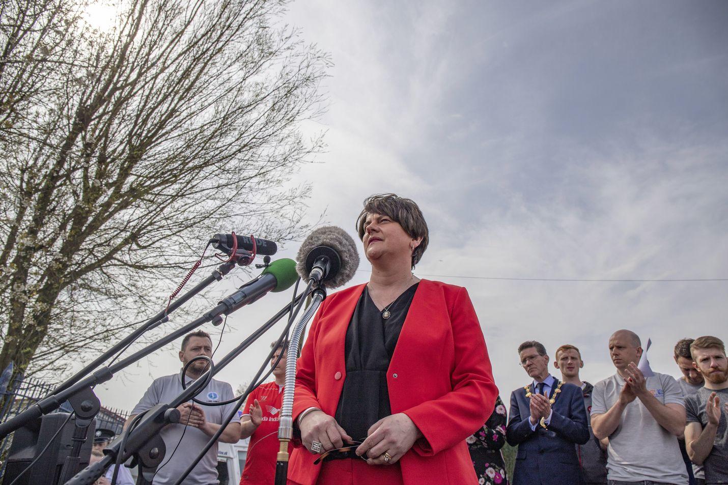 Demokraattipuolue DOP:n puheenjohtaja Arlene Foster ja muut poliitikot puhuivat perjantaina medialle toimittaja Lyra McKeen murhasta.