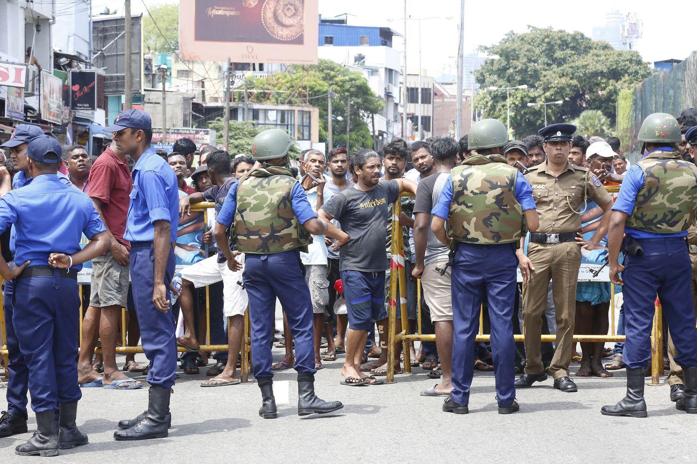 Poliisi on sulkenut osan Sri Lankan pääkaupunki Colombon alueesta, jossa räjähti sunnuntaiaamuna pommeja.