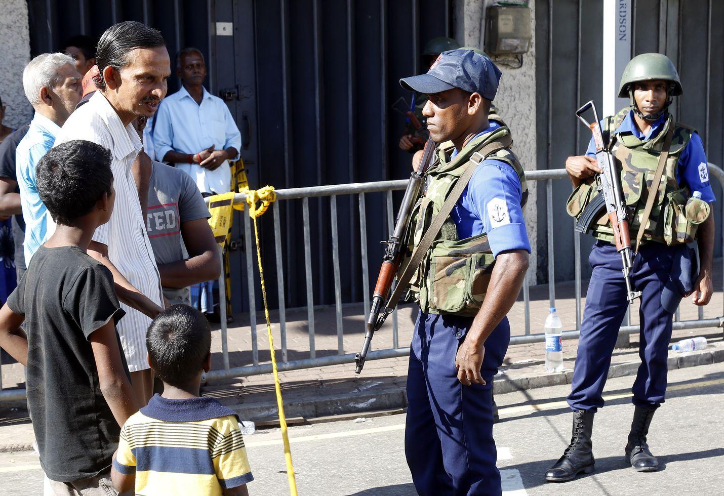 Sri Lankan ulkonaliikkumiskielto päättyi aikaisin maanantaiaamuna, mutta poliisi kontrolloi yhä laajoja alueita pääkaupunki Colombossa.