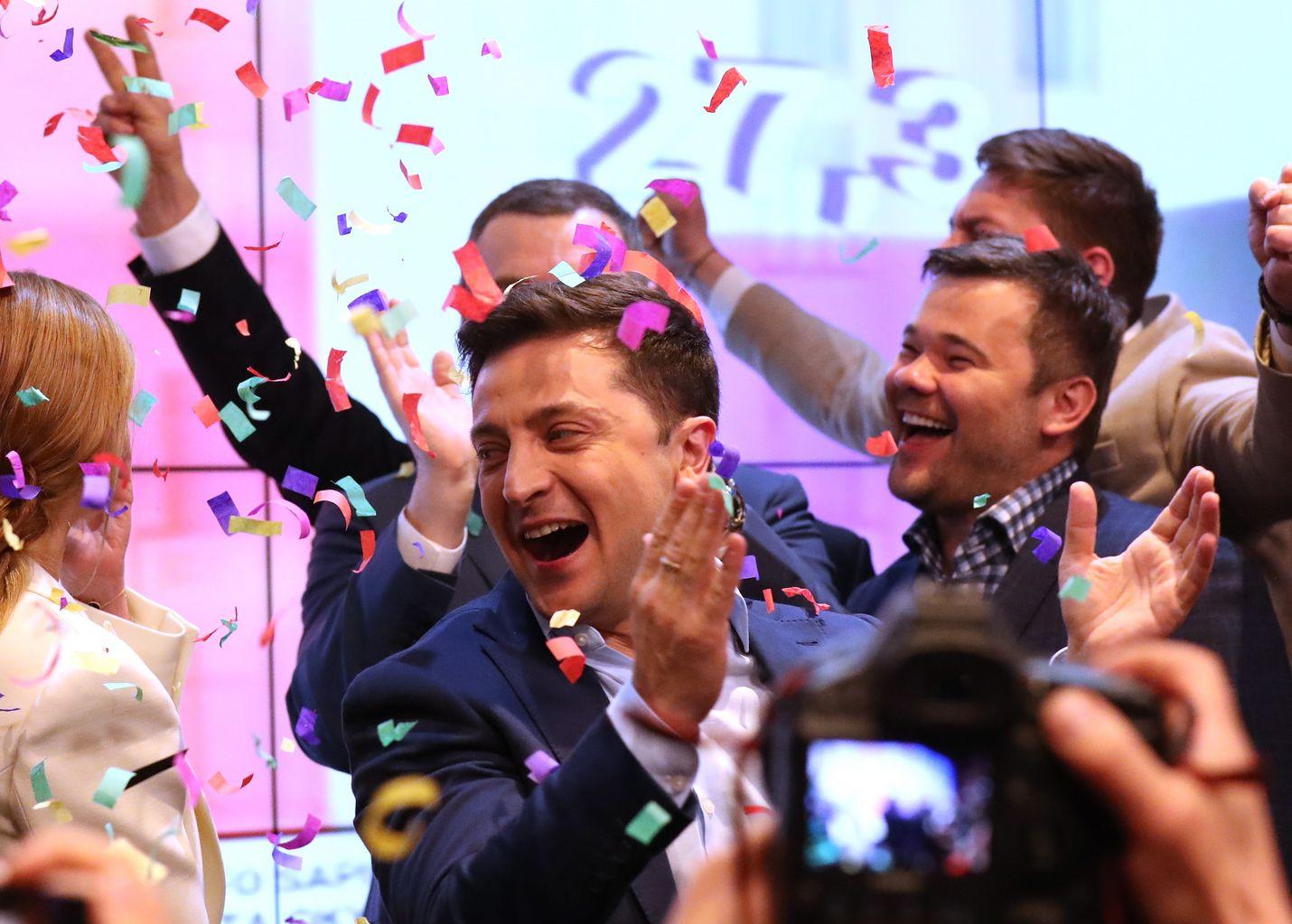 Volodymyr Zelenskyi on ukrainalaisten äänestäjien uusi sankari. Politiikan tulokas juhli sunnuntai-iltana ylivoimaista voittoaan presidentinvaalien toisella kierroksella.