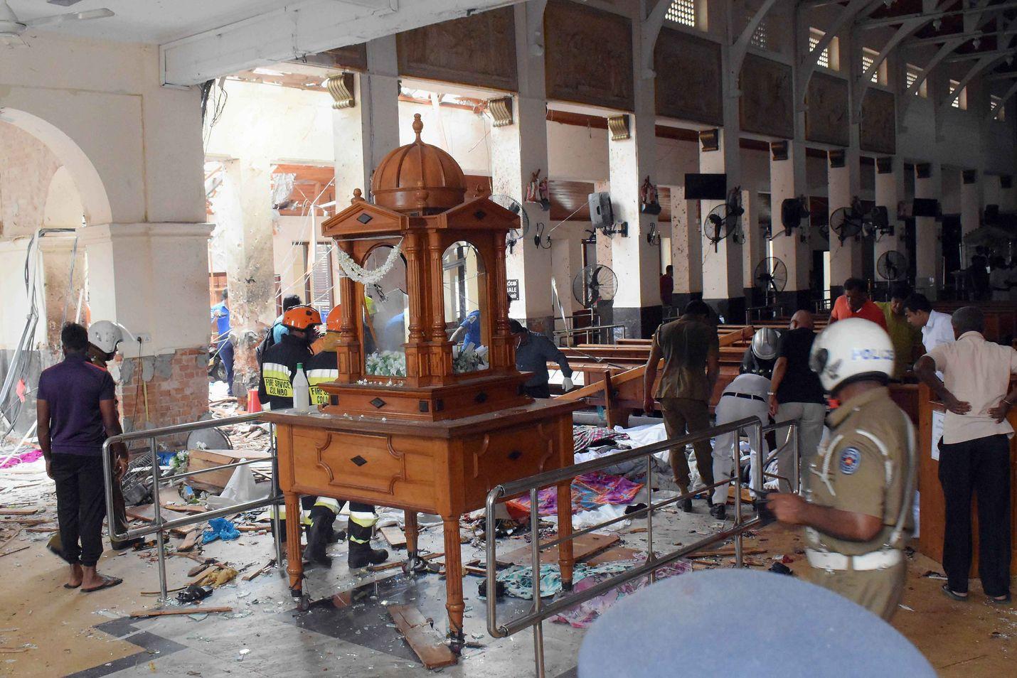 Poliisi jatkaa tutkintoja sunnuntain räjähdyspaikoilla. 24 henkilöä on pidätetty. Sri Lankan hallituksen mukaan iskut teki terroristijärjestö NTJ:n eli National thowheeth jama'ath, jota tukee hallituksen epäilyiden mukaan kansainvälinen verkosto.