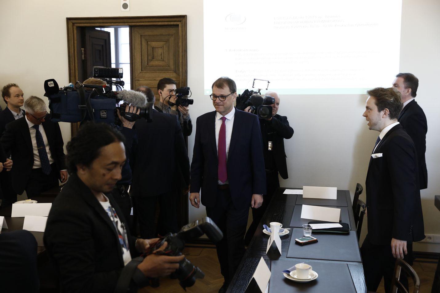 Keskustan eduskuntaryhmä kokoontui ensi kertaa vaalien jälkeen. Juha Sipilä kertoi jatkavansa rivikansanedustajana.