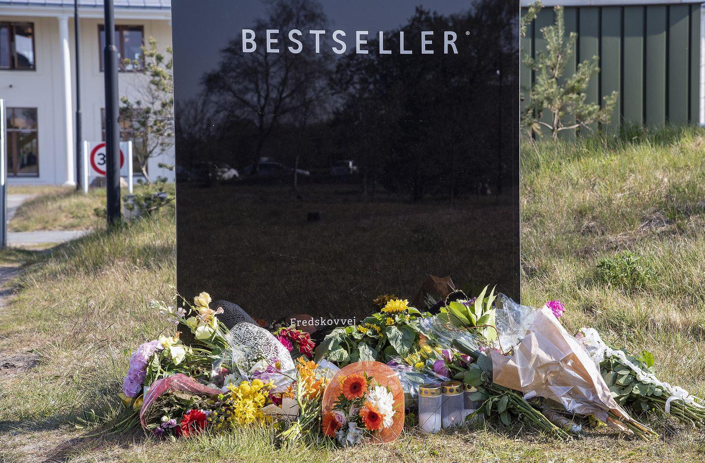 Tanskalaismiljardööri Anders Holch Povlsenin omistaman Bestseller-muotiyhtiön edustalle tuotiin kukkia Povlsenin kolmen surmansa saaneen lapsen muistoksi.