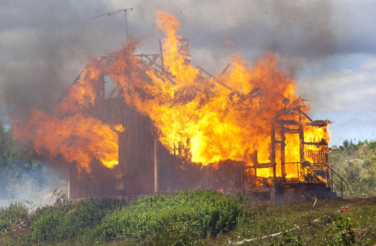 Mies myi palvelua, jossa hän tarjoutui ostamaan esimerkiksi tulipalossa tuhoutuneen irtaimiston. Oikeus piti tätä luvattomana vakuutustoimintana. Kuva paloharjoituksesta ei liity tapaukseen.