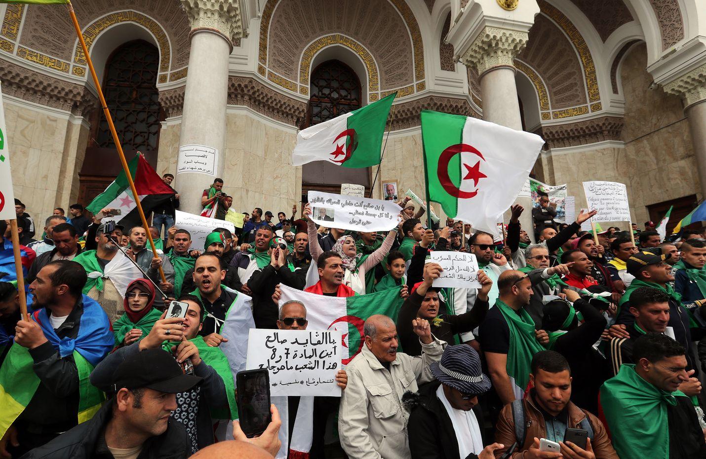 Mielenosoittajat vaativat hallituksen eroa maan pääkaupungissa Algerissa perjantaina.