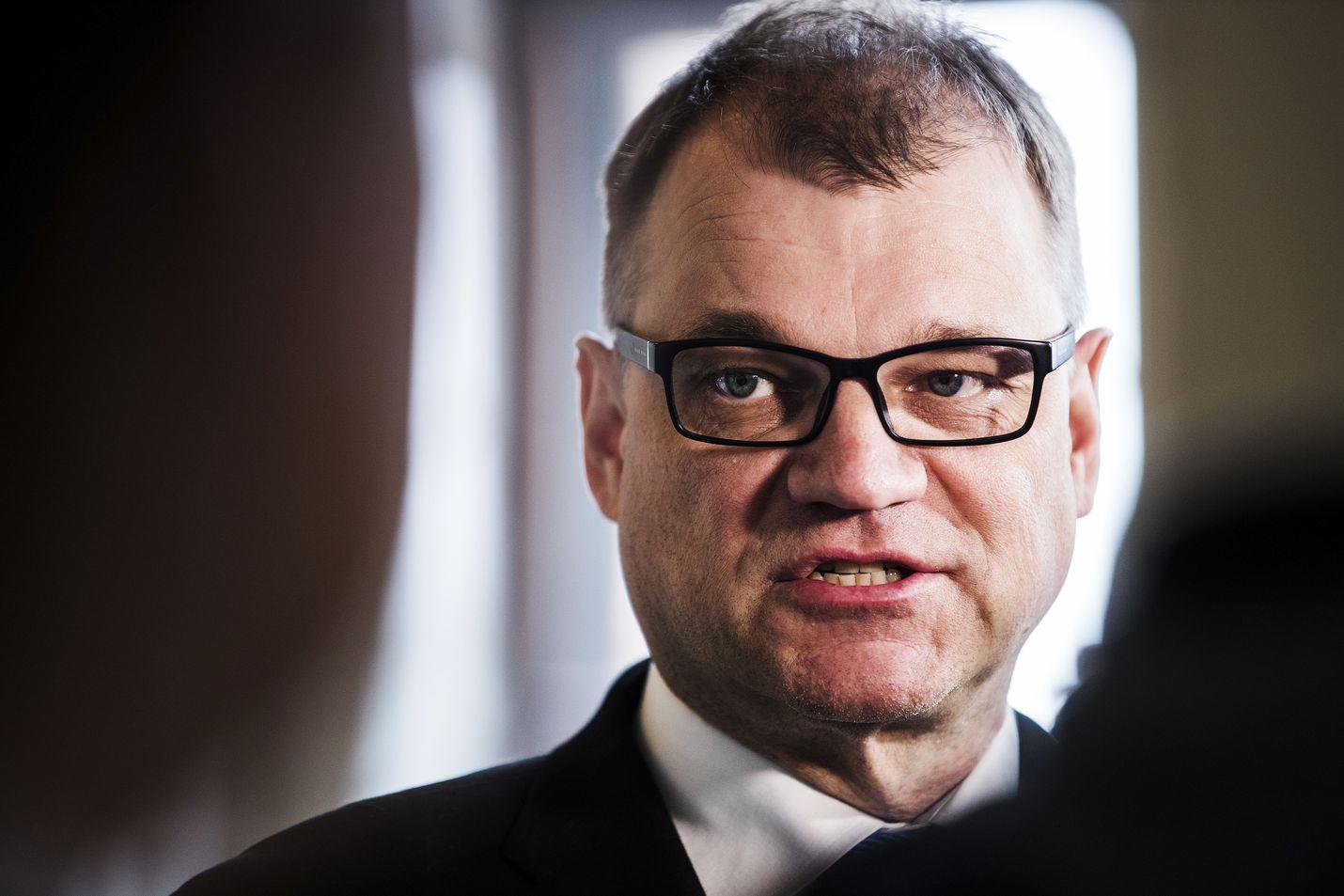 Keskustan puheenjohtaja Juha Sipilä on varautunut istumaan hallitusneuvotteluissa torstaina myöhään.
