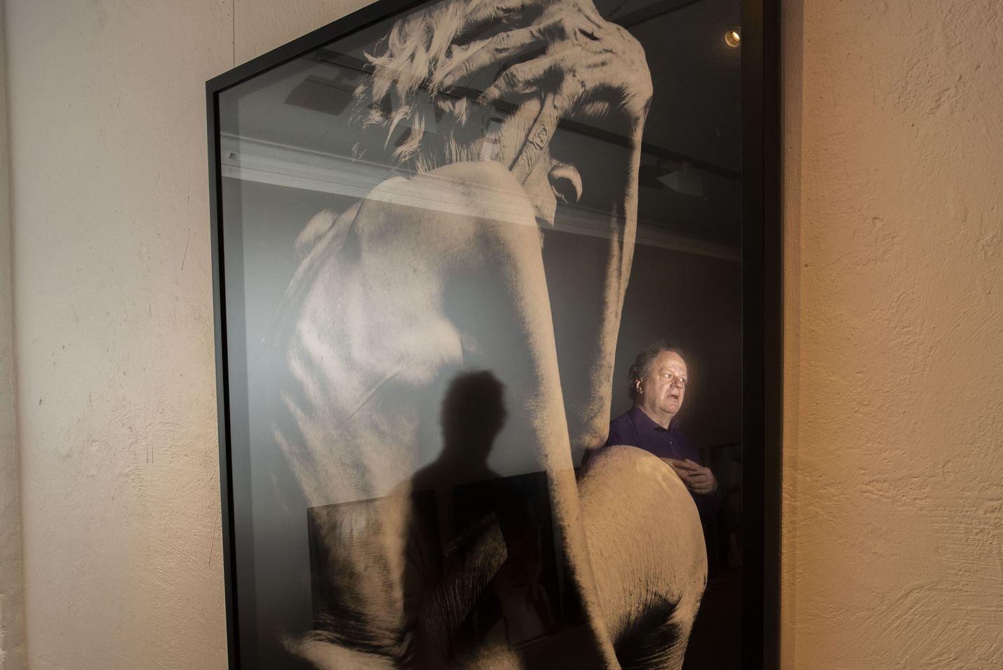 Valokuva näyttelijä Julie Lambartista on yksi Stefan Bremerin suosikeista. Se on osa kuvassa heijastuksena näkyvän Bremerin vuosina 1993–2000 kuvaamaa Man and Woman -kuvasarjaa.