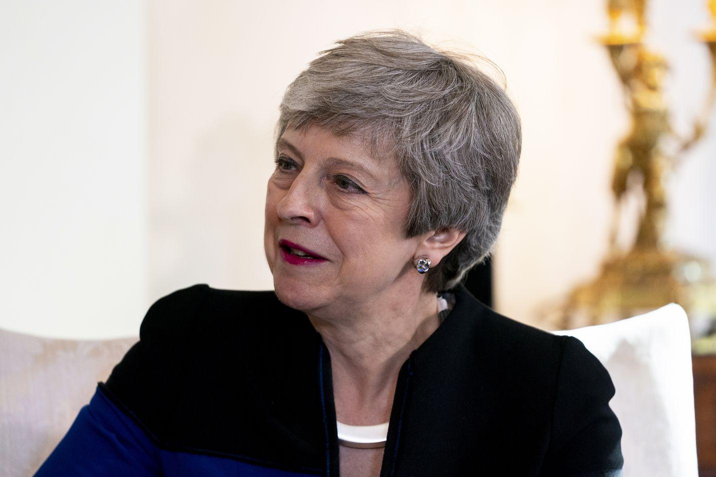 The Guardian uutisoi, että Theresa May on hyväksynyt aikataulun lähdöstään, ja parlamentin jäsenet uskovat, että hän käynnistää kilpailun pääministerin paikasta vielä ennen kesää.