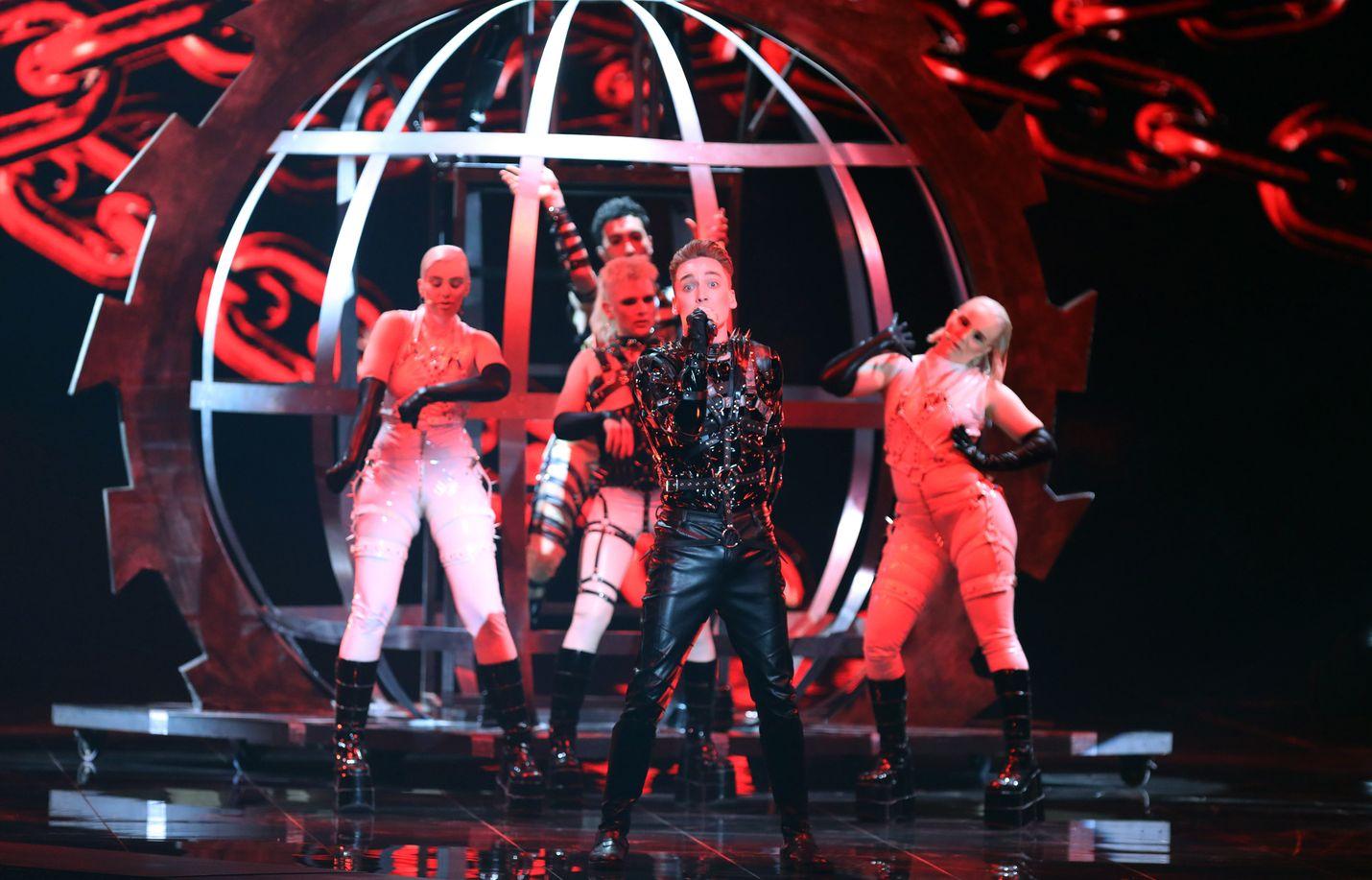 Islannin Hatari on mukana Euroviisujen finaalissa. Hatarin esiintyminen ja kappale jakavat mielipiteitä. Islantilaiset asuvat samassa hotellissa kuin suomalaiset.